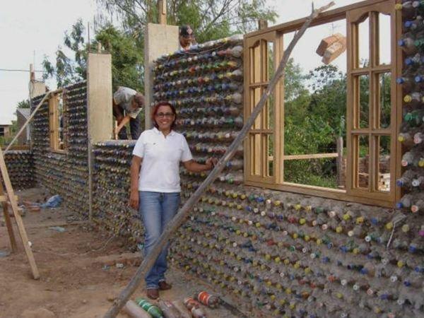 Картинки по запросу Дом из пластиковых бутылок