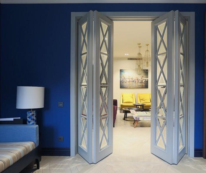 Межкомнатная складная дверь-книжка: преимущества и недостатки конструкции