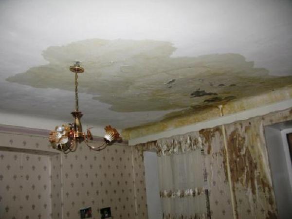 течет потолок в квартире что делать