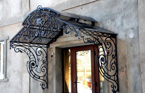 Конструкции металлических козырьков входов