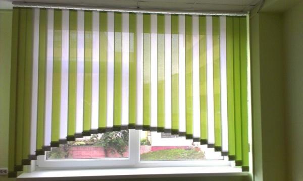 жалюзи на пластиковые окна в интерьере кухни фото