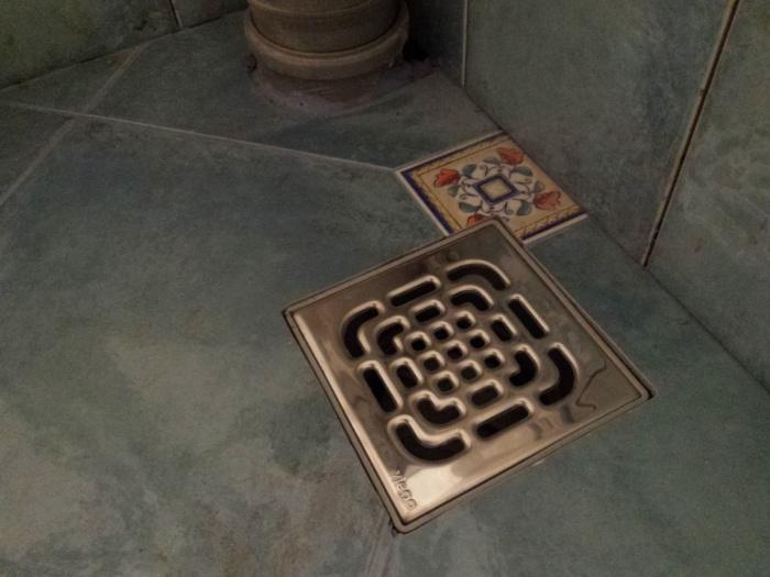 Слив воды в бане с бетонным полом