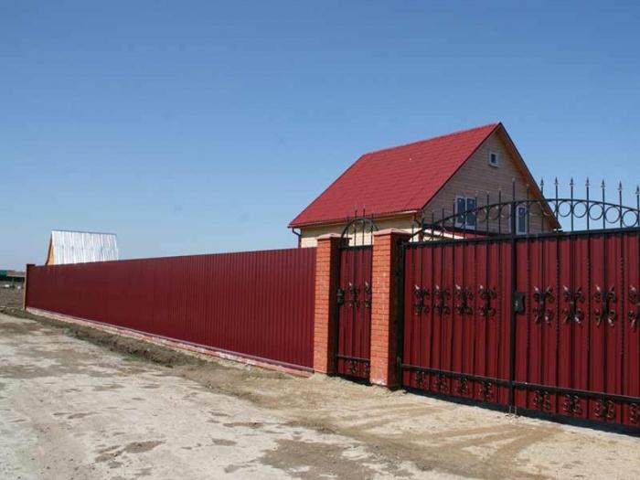 Забор из кирпича и профлиста   фото