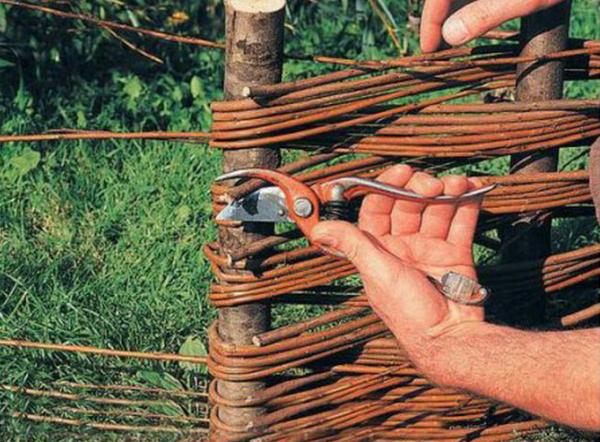 41b9035bb380fa Готовый тын можно покрасить или покрыть специальным составом, который  защитит сооружение от влияния окружающей среды, таким образом, ваш плетеный  забор ...