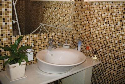 ванная комната в мелкой плитке