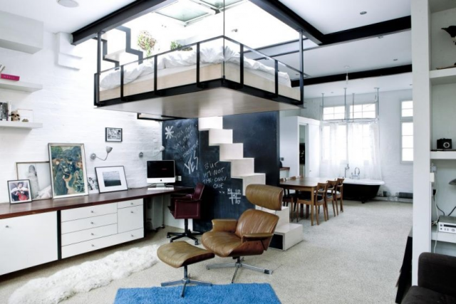 Кровать под потолком в однокомнатной квартире