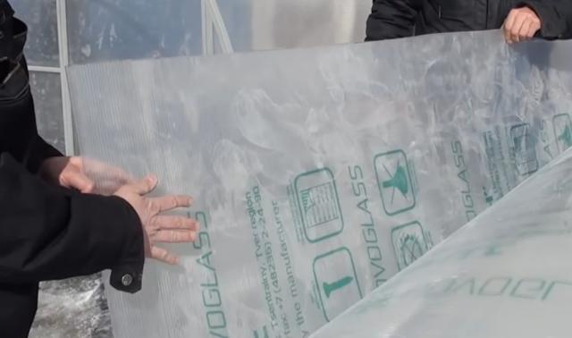 Как правильно крепить поликарбонат на теплицу