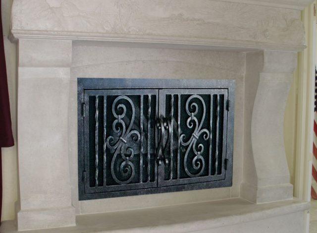 Дверцы для камина: со стеклом, кованые