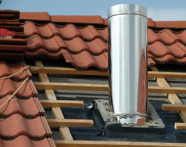 Монтаж вытяжки на крышу через металлочерепицу