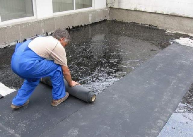 Гидроизоляция плоской крыши дома: устройство и монтаж своими руками