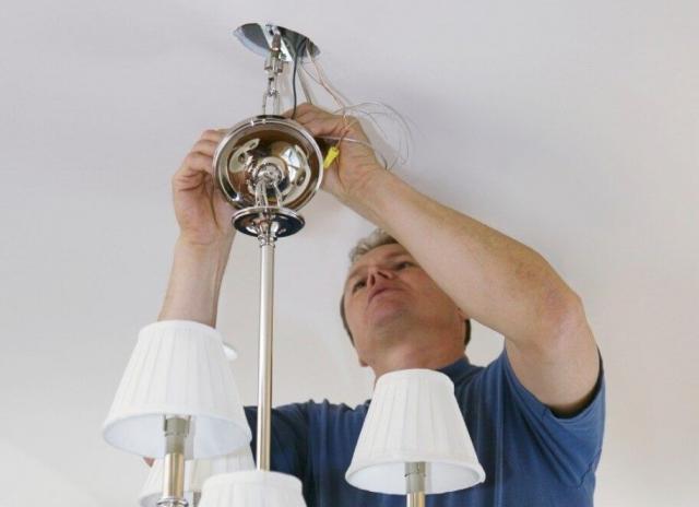 Как повесить люстру на гипсокартонный потолок