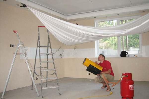 Что раньше: обои или натяжной потолок