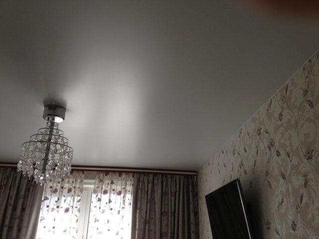 Перламутровый натяжной потолок: фото в интерьере