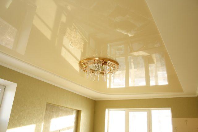 Бежевый натяжной потолок: на кухне, в ванной, фото в интерьере