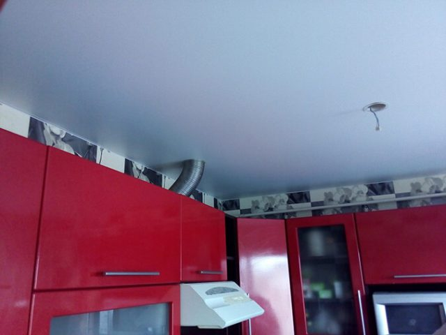 Вытяжка под натяжным потолком: на кухне и ванной