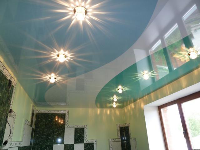 Спайка натяжных потолков: криволинейная и прямолинейная, фото в интерьере