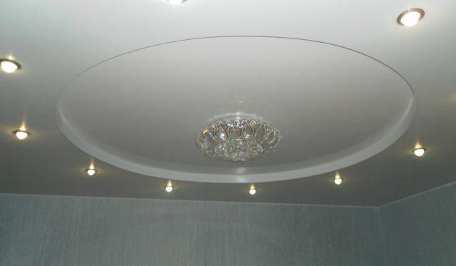 Белый матовый натяжной потолок: со светильниками, многоуровневые, фото