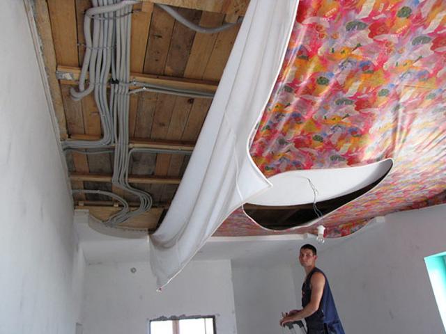 Проводка под натяжным потолком: ремонт, замена, монтаж под светильники
