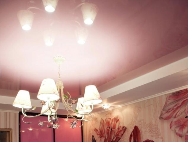 Розовый натяжной потолок: фото в интерьере