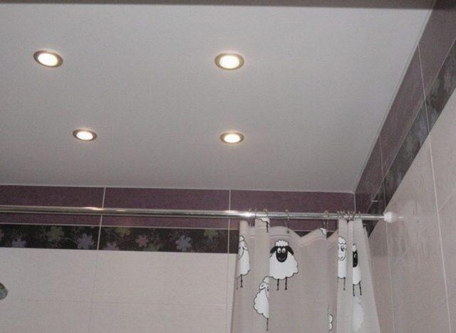 Натяжные потолки серого цвета: в ванной, на кухне, в зале