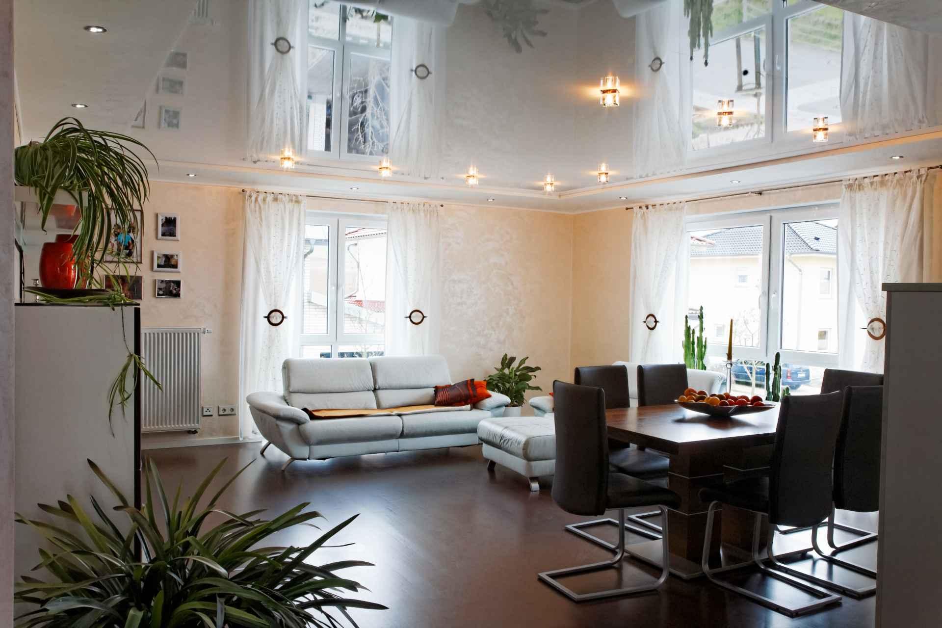 Картинки глянцевый натяжной потолок