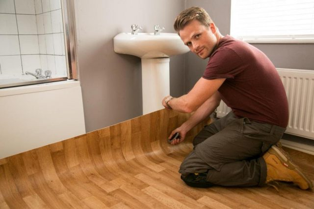 Как резать линолеум в квартире: по стенам, под плинтус, под трубу и в углах