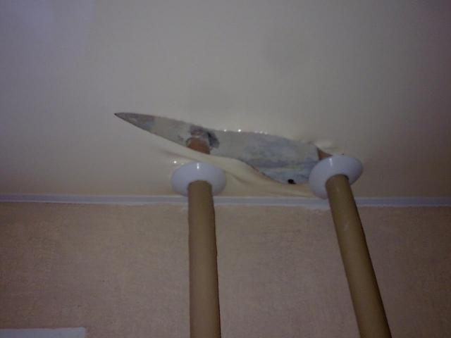 Дырка в натяжном потолке: чем заклеить, как спрятать, если проткнули, видео