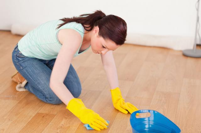 Чем очистить краску с линолеума: способы удаления старых и свежих пятен
