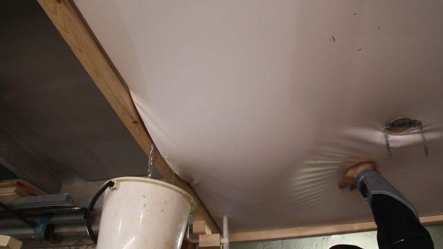 Как самостоятельно слить воду с натяжного потолка: видео, фото, инструкция по откачке