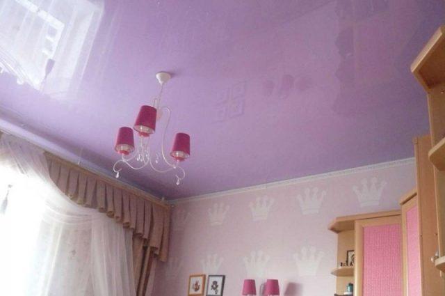 Одноуровневые натяжные потолки: фото и варианты дизайна с подсветкой