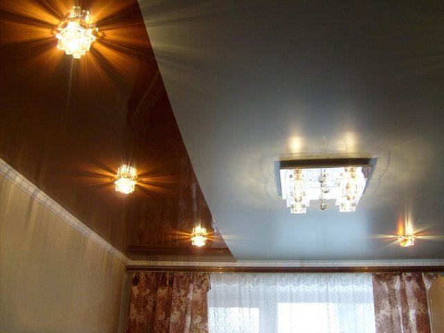 Натяжные потолки со спайкой двух цветов: варианты дизайна, фото в интерьере