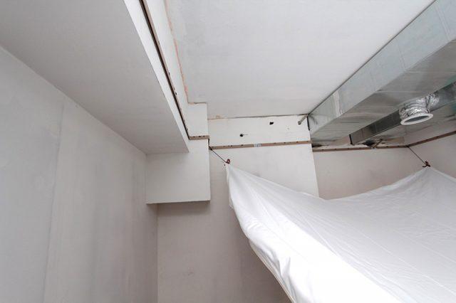 Демонтаж натяжного потолка: как снять и поставить обратно без повреждения, видео