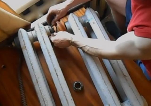 Как разобрать старую чугунную батарею