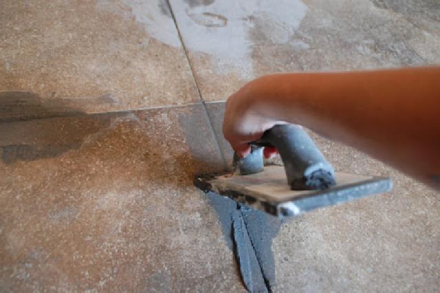 Как уложить линолеум на кафельную плитку: можно ли стелить и правила укладки