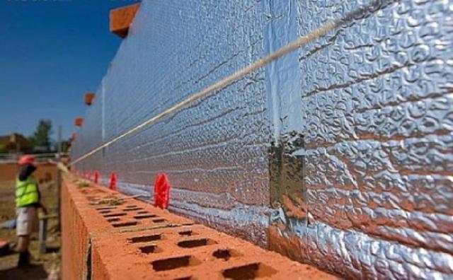Чем приклеить и как крепить пенофол к стене