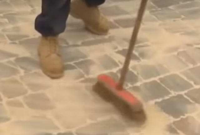 Как уложить тротуарную плитку на отсев своими руками
