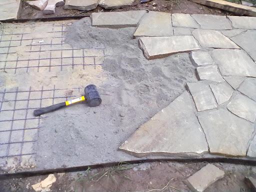 Как правильно уложить камень пластушку во дворе своими руками