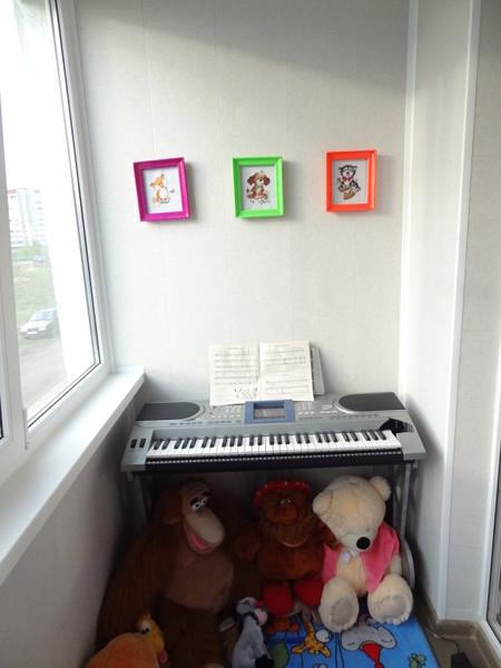 Фото детской музыкально-игровой комнаты на балконе.