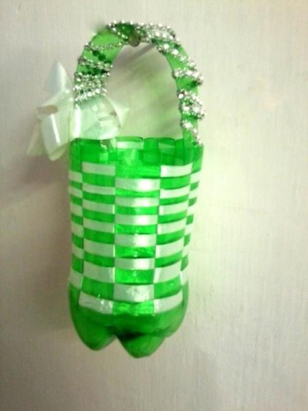 Плетеная корзинка из пластиковой бутылки