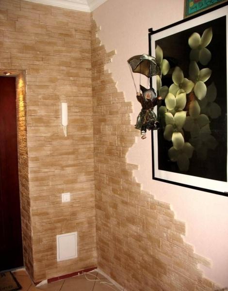 отделка коридора искусственным камнем и обоями фото