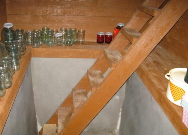 Сделать деревянную лестницу в погреб своими руками