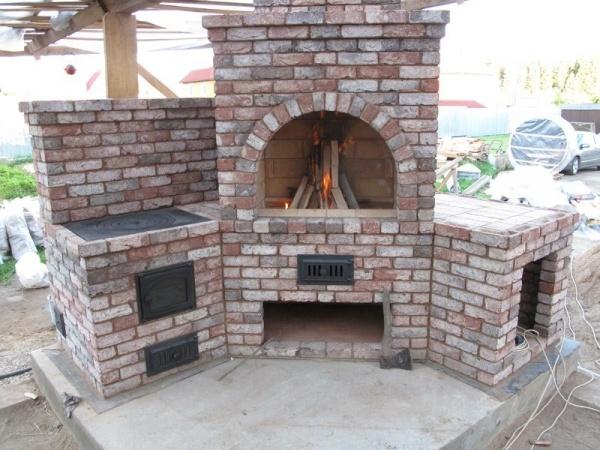 Печь мангал камин барбекю на веранде оформление фото пристенные камины для дома дровяные