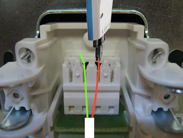 кабель крепится между зубьями вилки