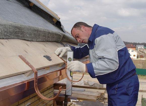 Закрепить водостоки с крыши своими руками 805