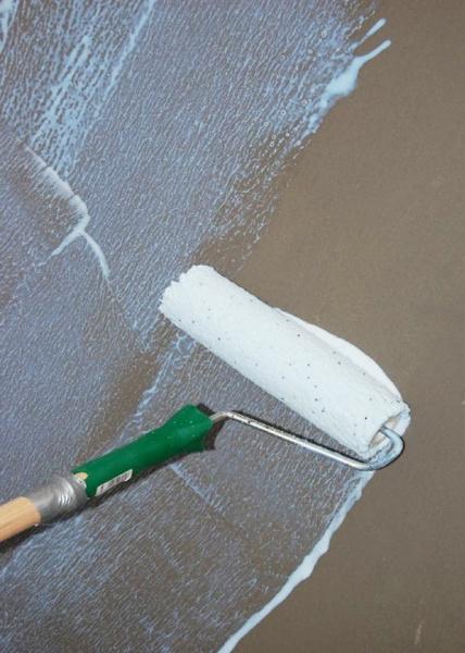 Нужно ли грунтовать стену перед поклейкой виниловых обоев 8