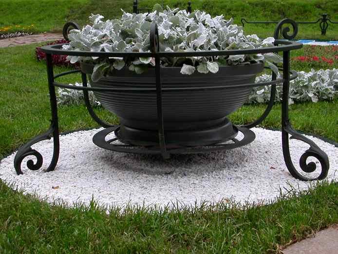 Уличные подставки под цветы из металла