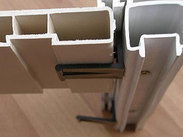 Подоконник на балконе пластиковый.