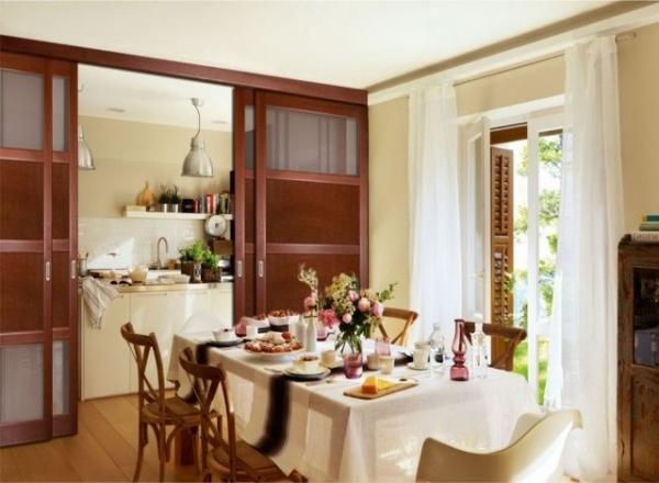 Scheidingswanden tussen de keuken en de woonkamer Foto