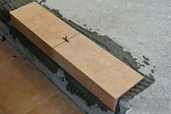 Укладка плитки на лестничном марше