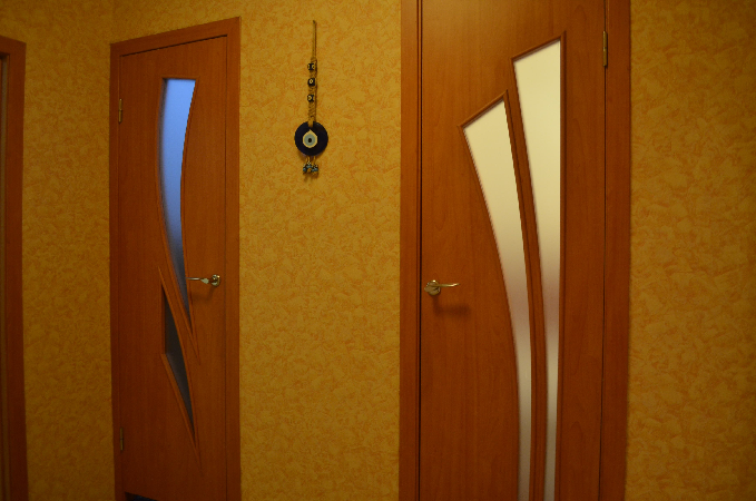 Двери для туалета и ванной По современной моде деревянные двери для туалета и ванной комнаты изготавливают со стеклянными фигурными вставками Это позволяет легко контролировать свет